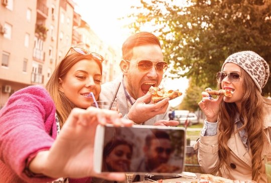 young-people-eating-out